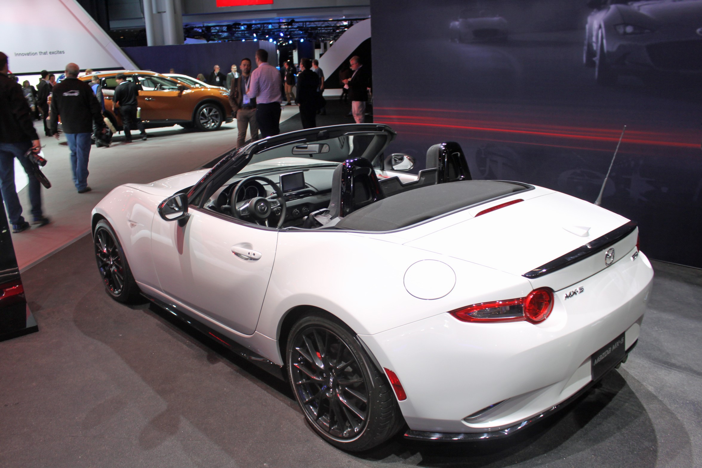http://www.autoguide.com/blog/wp-content/gallery/2016-mazda-mx-5-club-live-photos/2016-Mazda-MX-5-Live-4.jpg