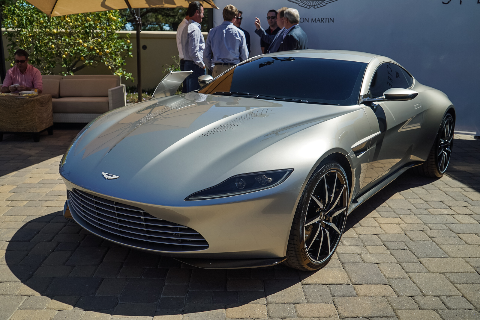 watch james bond 39 s new aston martin do donuts news. Black Bedroom Furniture Sets. Home Design Ideas