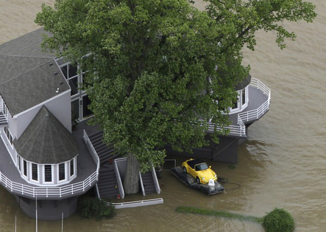 Porsche Owner Saves 911 From Flood Using Inflatable Cushion