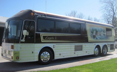 willie-nelson-tour-bus