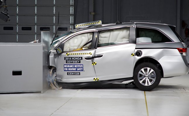 2014 Honda Odyssey Action Shot_Small Overlap Crash Test