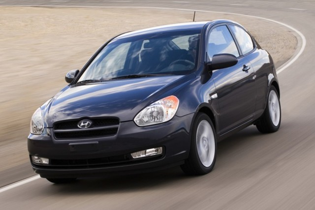 2010-hyundai-accent-lacks-electronic-stability-control
