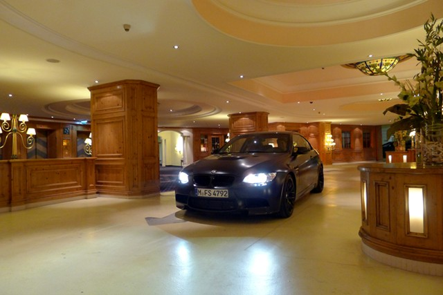 drive  hotel lobby lets  check       car autoguidecom news