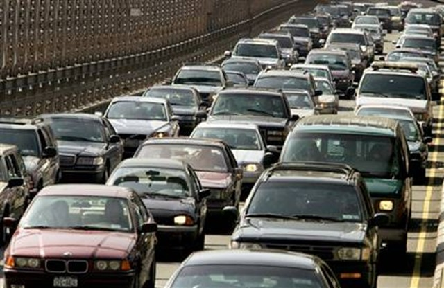 Americans waste 1 9 billion gallons of gas idling in traffic study shows autoguide com news