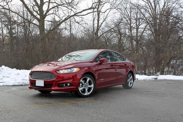 2013-Ford-Fusion-Hybrid-front-3q-snow
