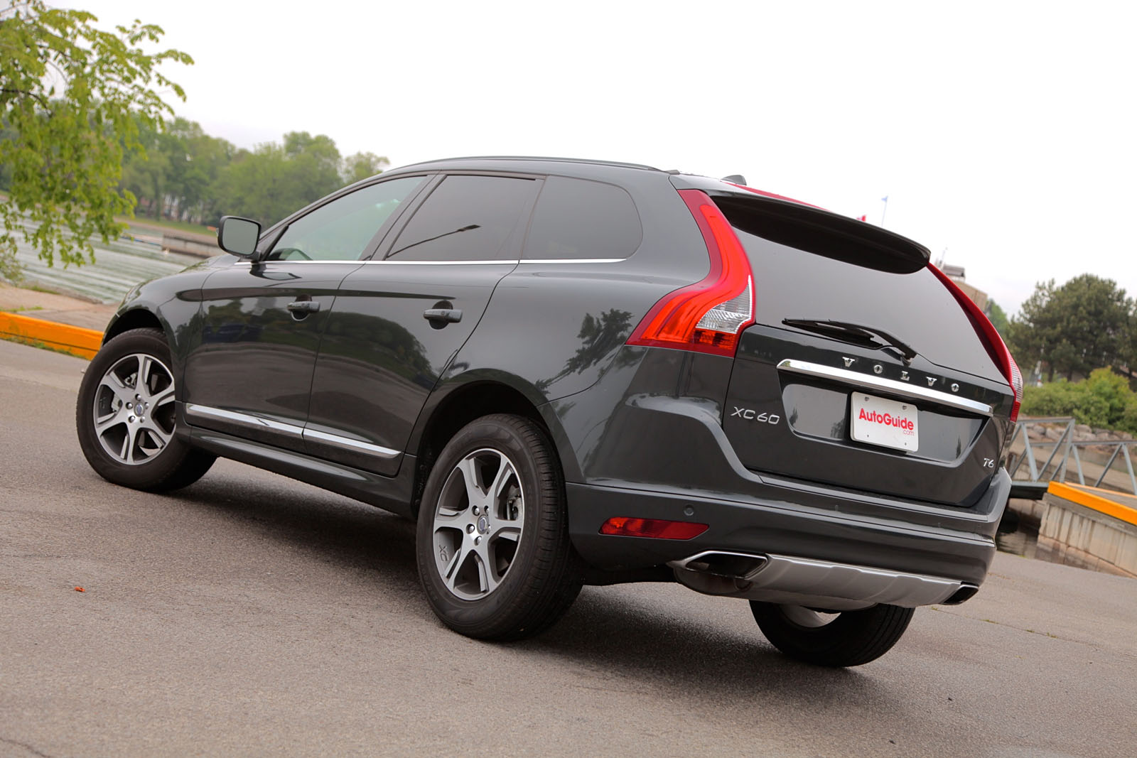 2015 Volvo XC60 vs Volvo V60 Cross Country - AutoGuide.com