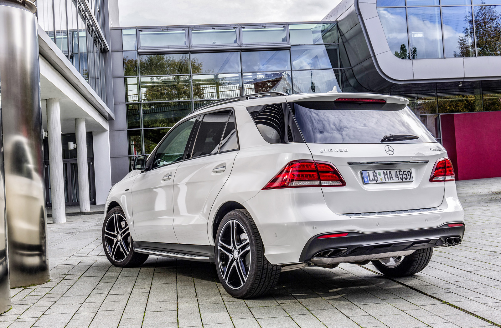 http://www.autoguide.com/blog/wp-content/gallery/2016-mercedes-benz-gle-450-amg-4matic/2016-Mercedes-Benz-GLE-450-AMG-2.jpg