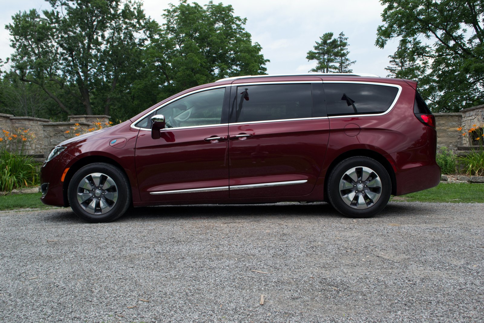 2017 Chrysler Pacifica Hybrid Ilika 1600x1067 015