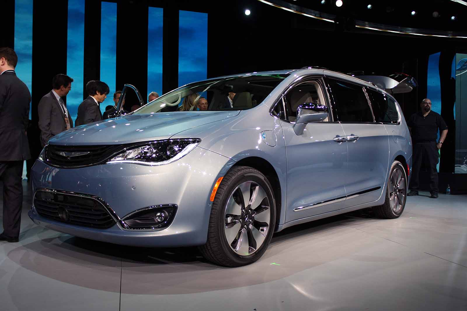 town and country is dead 2017 chrysler pacifica reinvents the minivan news. Black Bedroom Furniture Sets. Home Design Ideas