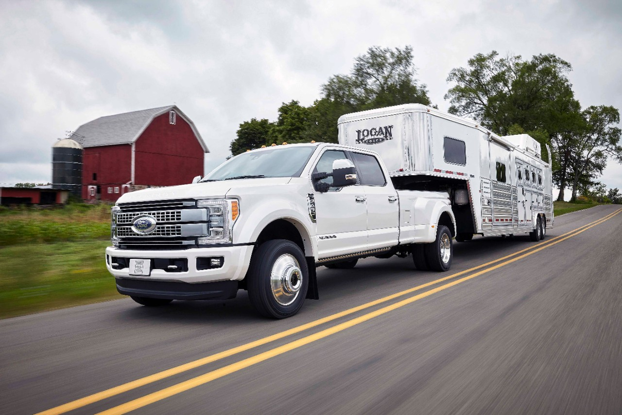 2017 Ford Super Duty Comes Packing 925 Lb Ft Of Torque Autoguide F150 Cruise Control 17fordf250lariat 4408 Hr 17fordf450platinum 2399 1335982 Sd Shipyard Xlt Rear Payload V2