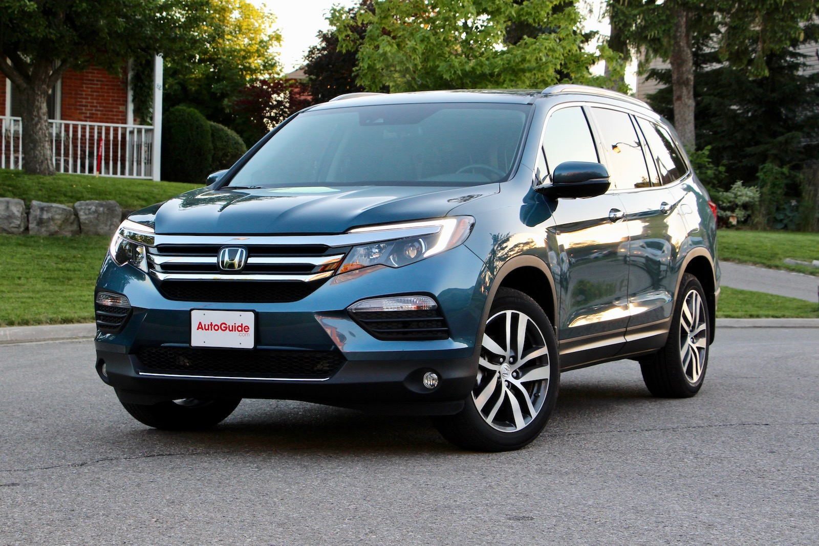 2018 volkswagen atlas vs 2017 honda pilot comparison test news. Black Bedroom Furniture Sets. Home Design Ideas