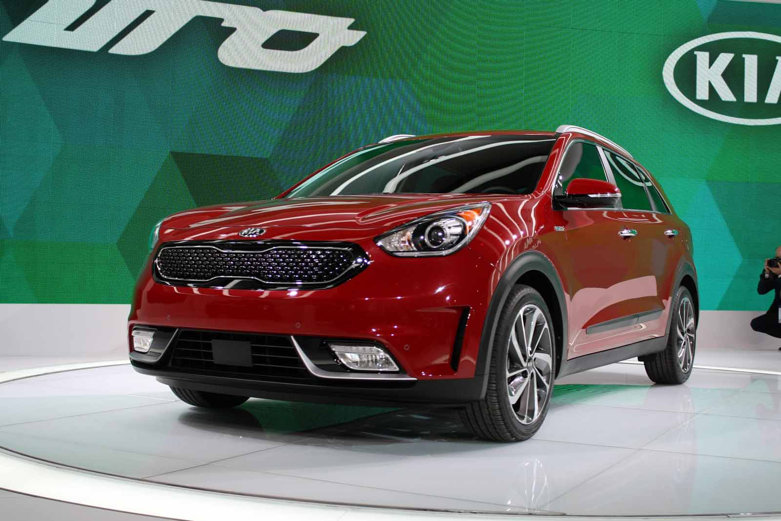 all new 2017 kia niro hybrid crossover has 50 mpg goals news. Black Bedroom Furniture Sets. Home Design Ideas
