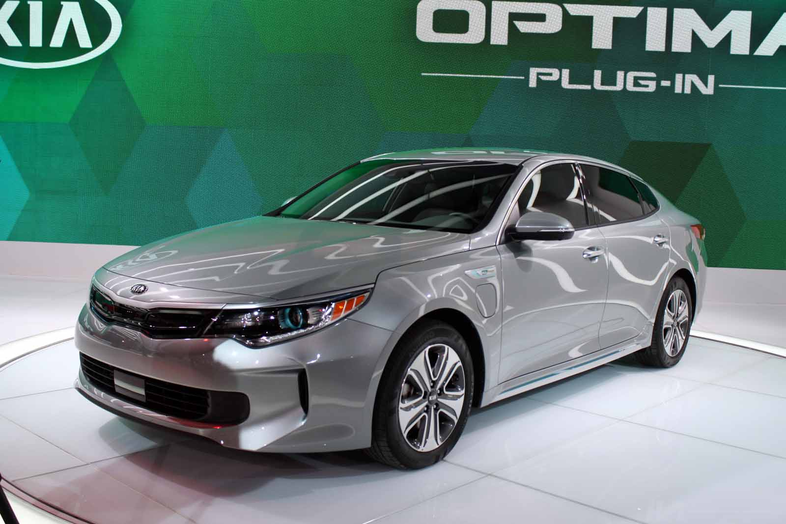 kia expands green lineup with updated optima hybrid and new plug in hybrid news. Black Bedroom Furniture Sets. Home Design Ideas