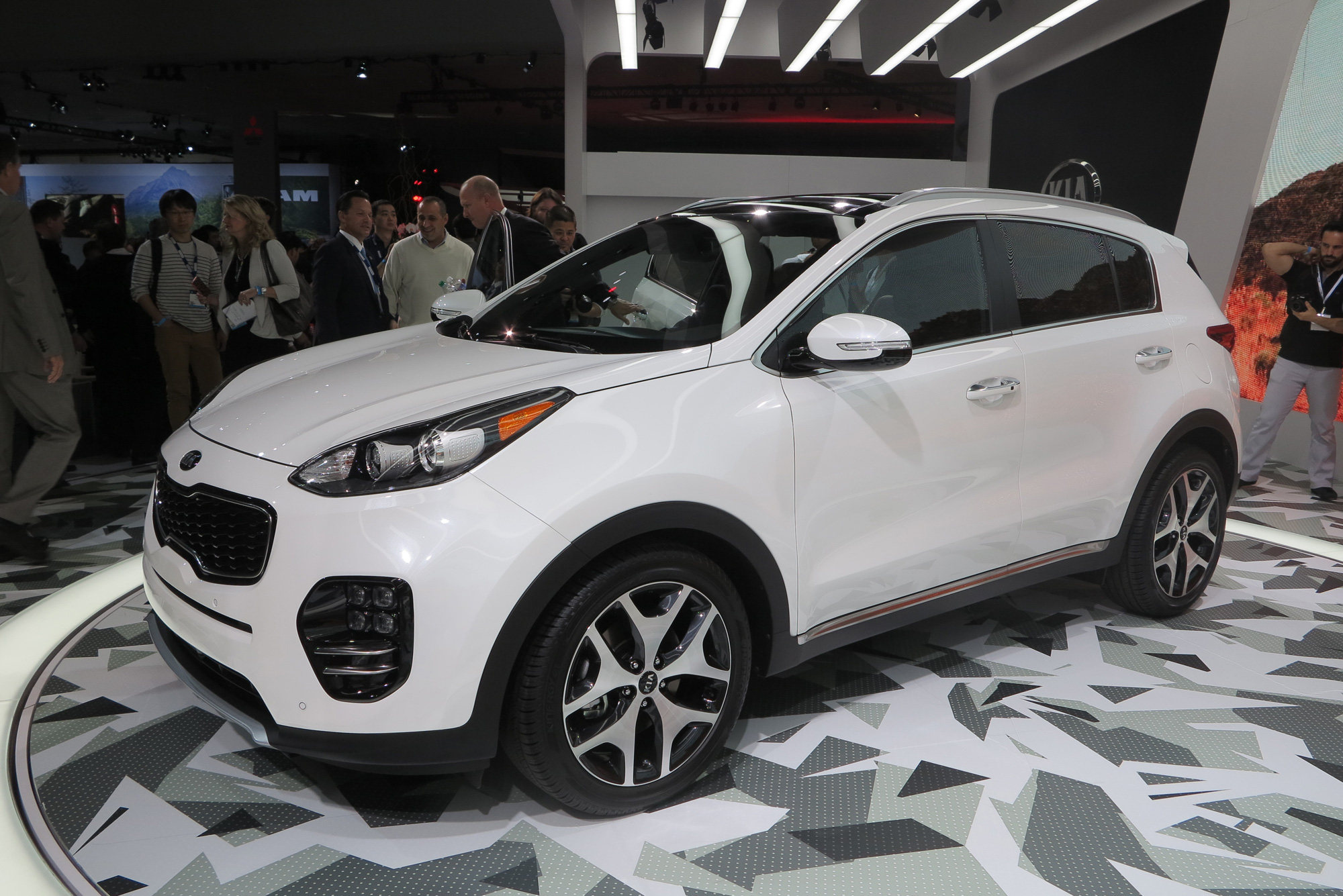 2017 kia sportage is roomier more luxurious. Black Bedroom Furniture Sets. Home Design Ideas