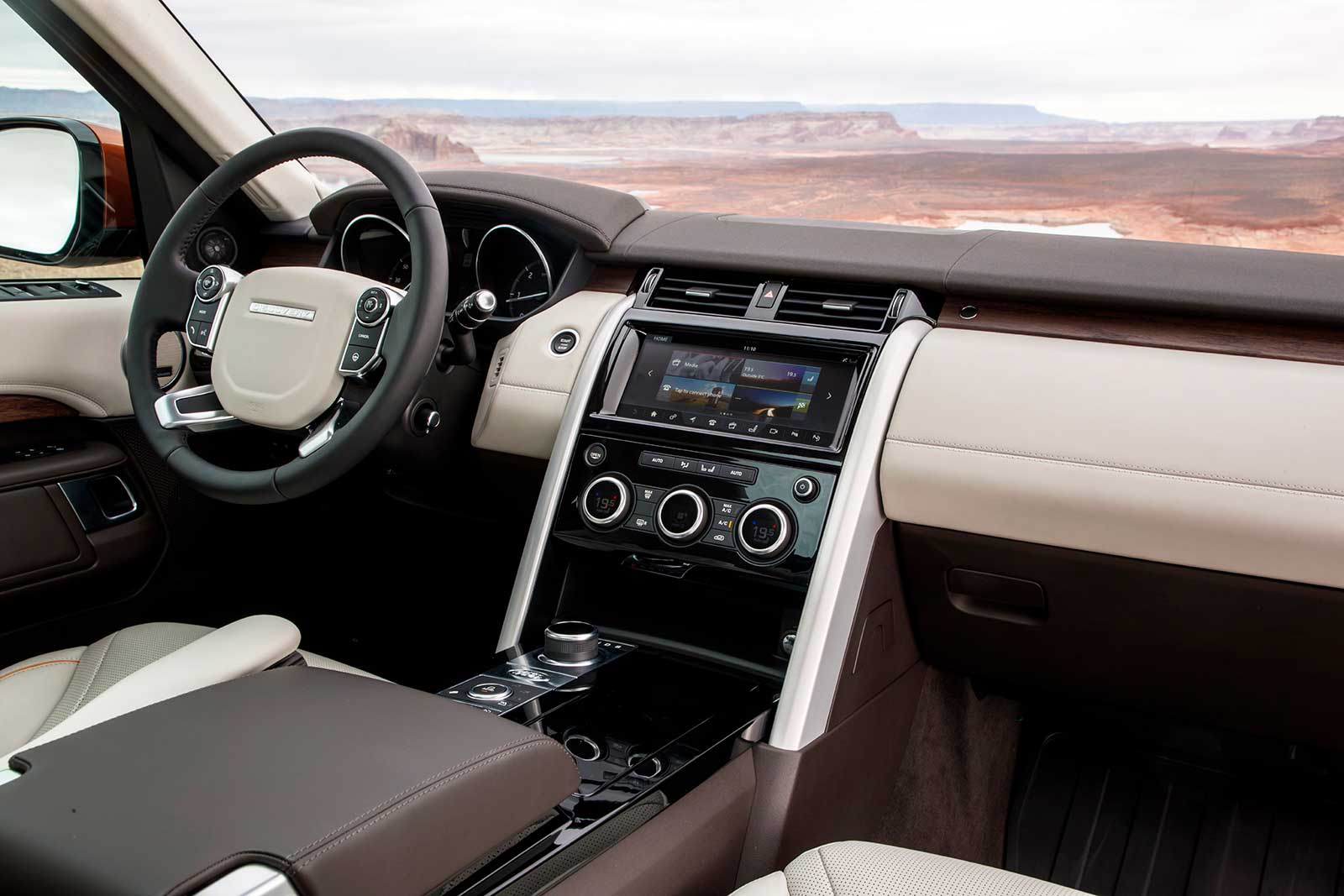 2017 Land Rover Discovery Sel Interior 01