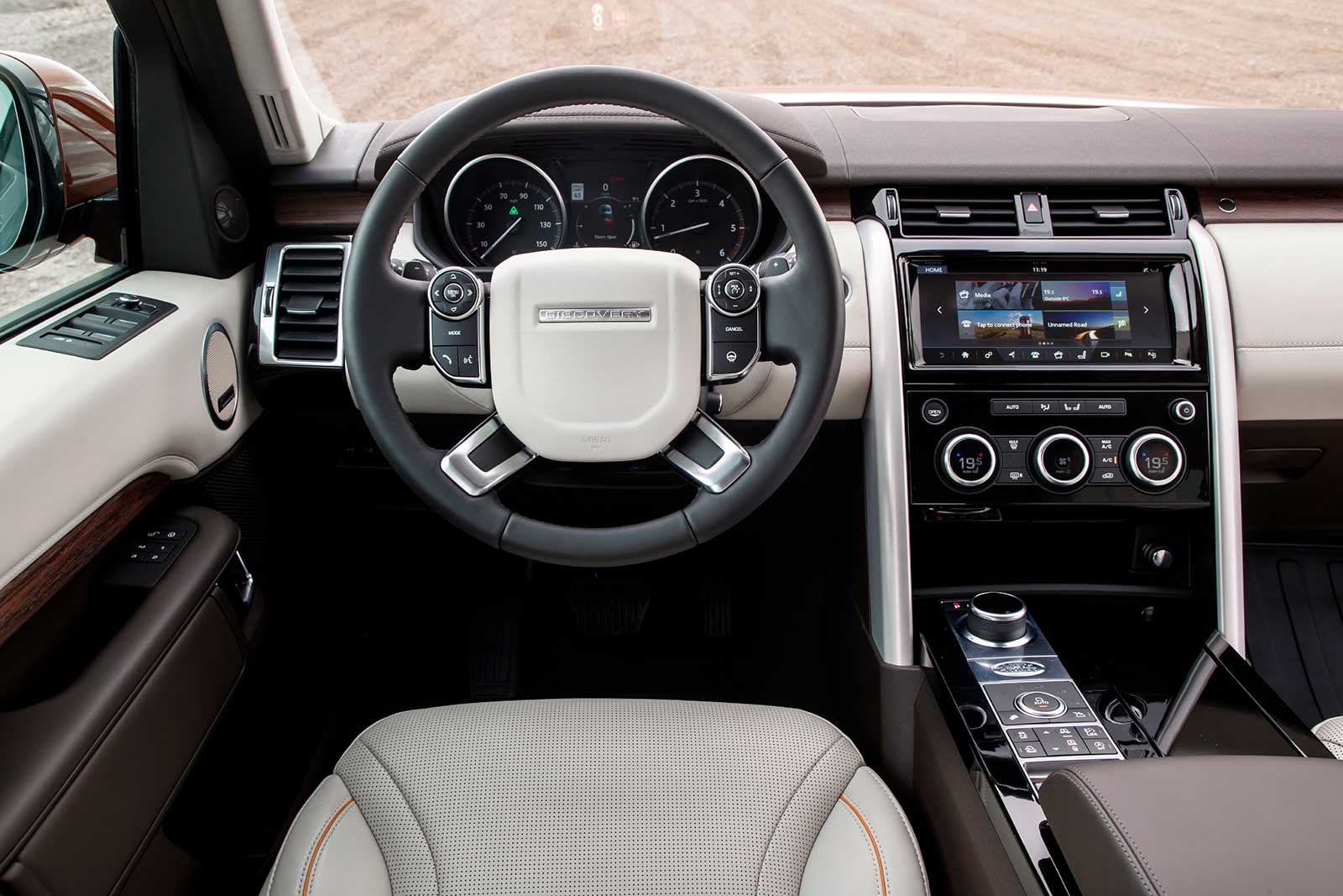https://www.autoguide.com/blog/wp-content/gallery/2017-land-rover-discovery-review-3-2-2017/2017-Land-Rover-Discovery-Diesel-Interior-02.jpg