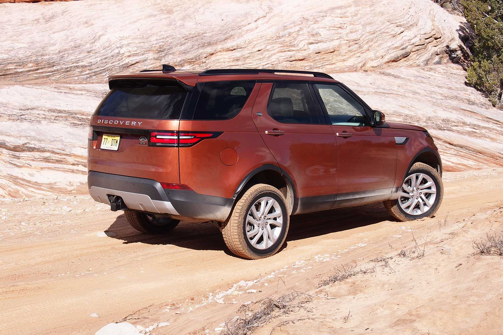 https://www.autoguide.com/blog/wp-content/gallery/2017-land-rover-discovery-review-3-2-2017/2017-Land-Rover-Discovery-Off-Road-09.jpg