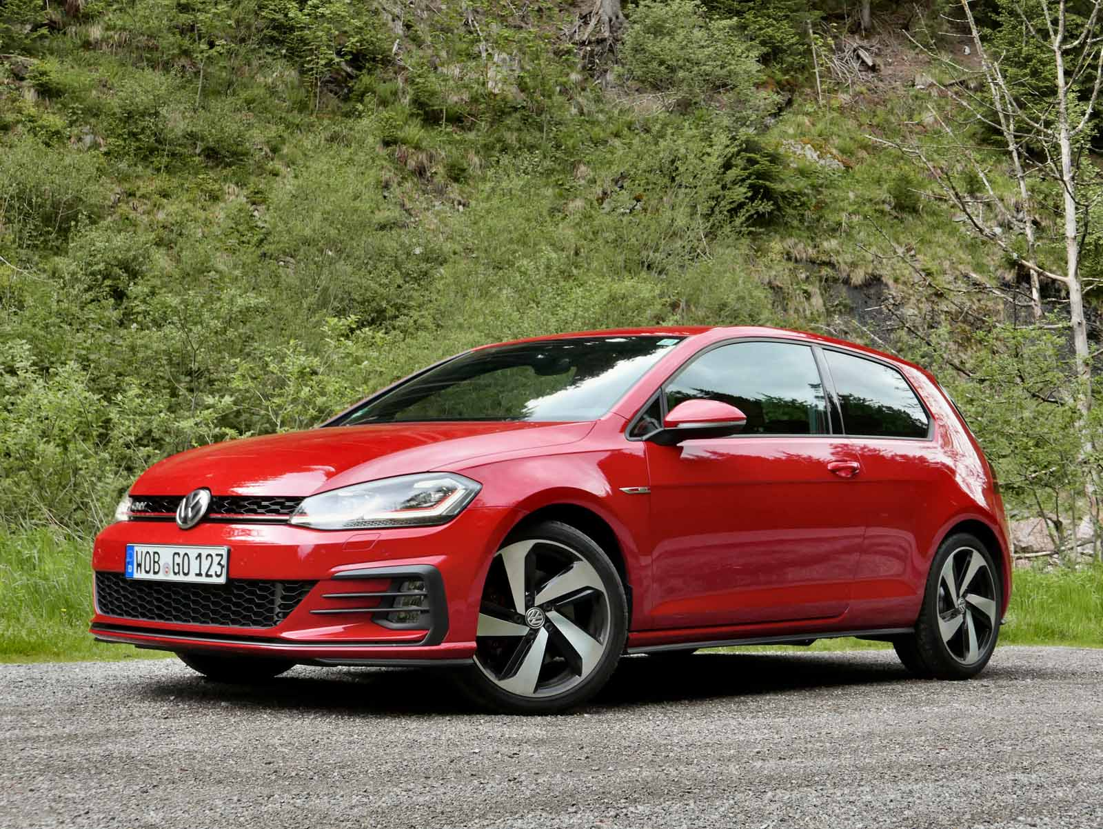 2018 volkswagen gti vs golf r which hot hatch should you buy. Black Bedroom Furniture Sets. Home Design Ideas