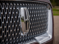 2018-Lincoln-Navigator-Grille-02