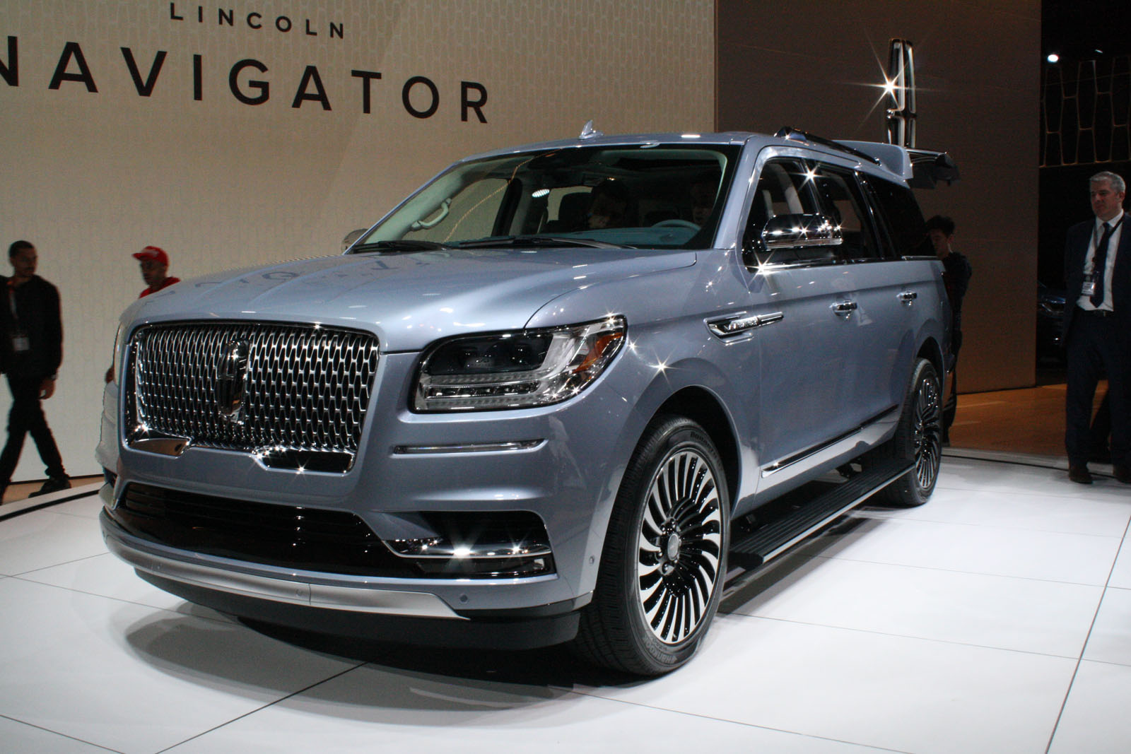 2018 lincoln navigator redefines large luxury suvs news. Black Bedroom Furniture Sets. Home Design Ideas