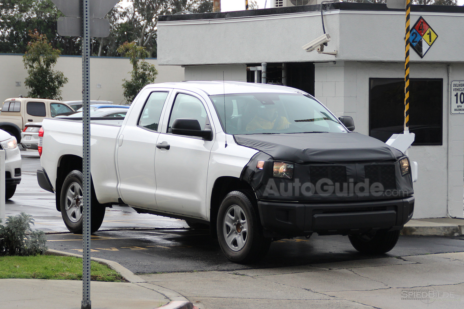 2018 toyota tundra facelift spy photos 03