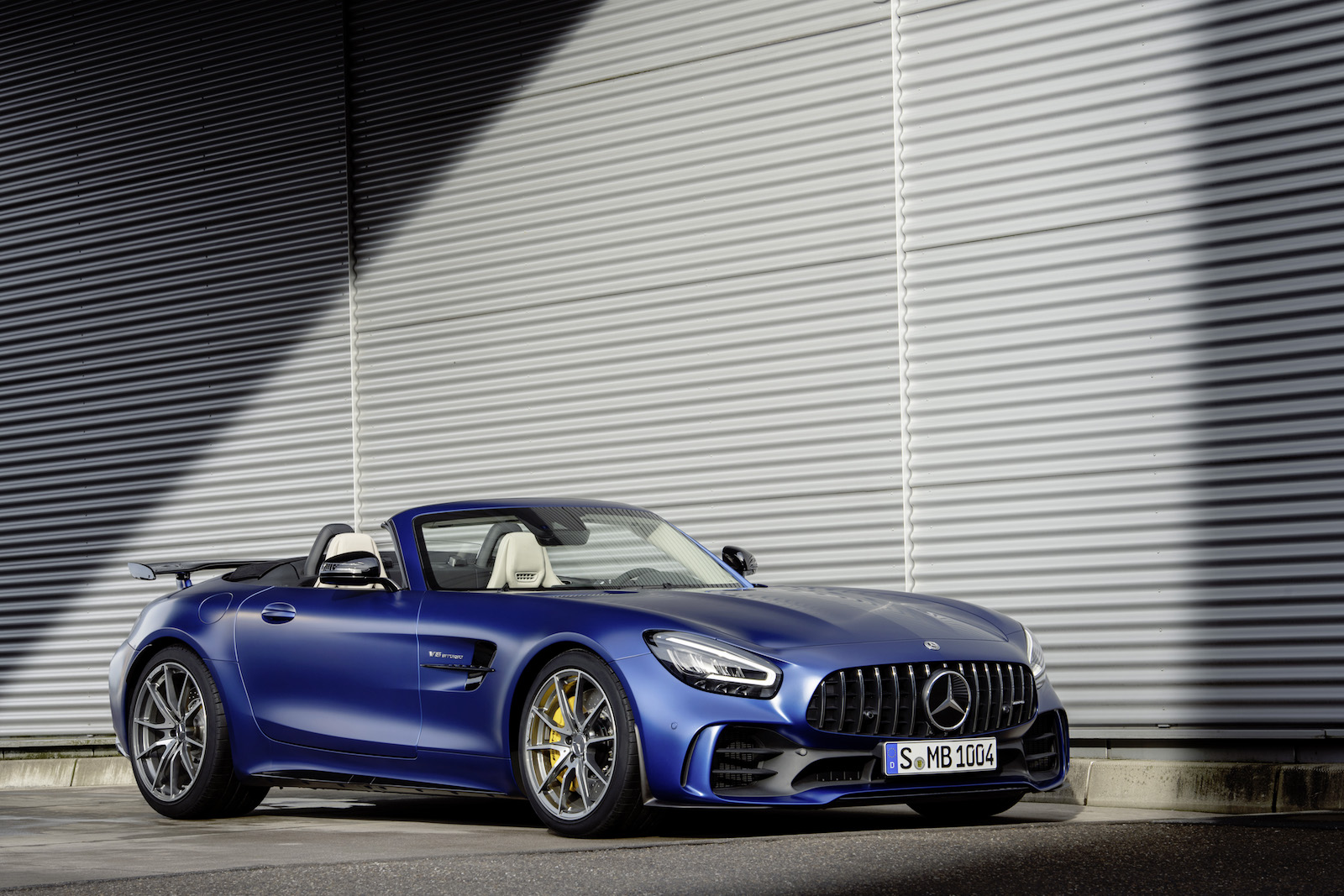 mercedes amg gt r roadster is one hardcore softop news. Black Bedroom Furniture Sets. Home Design Ideas