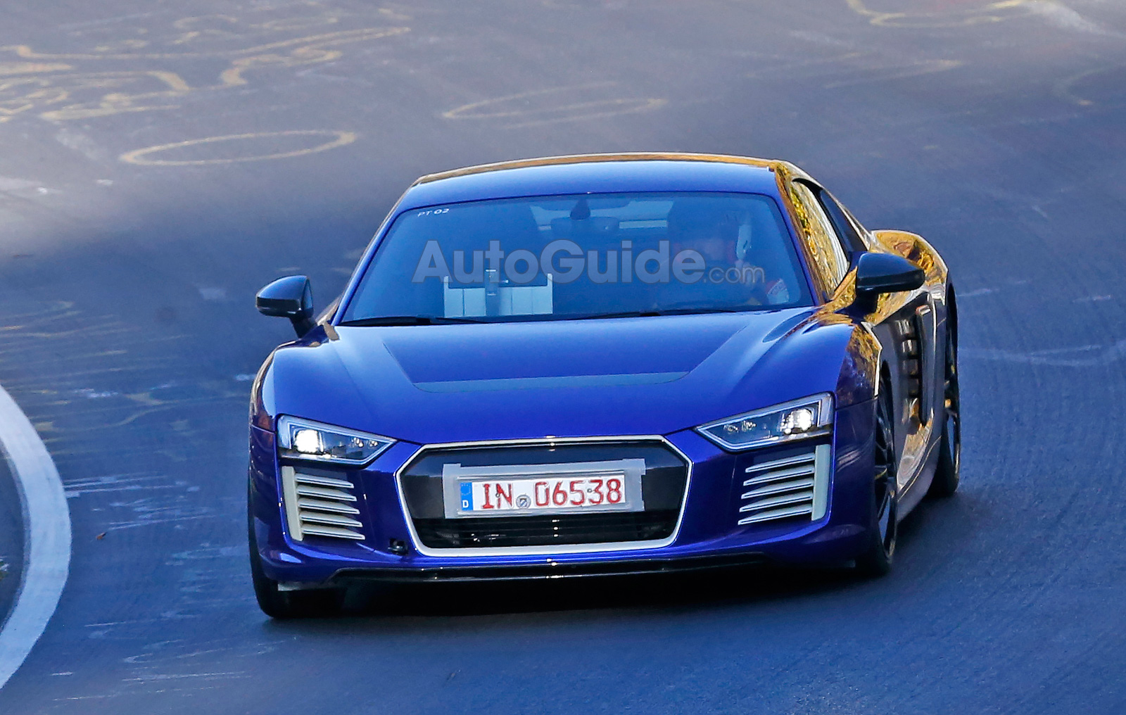 audi r8 e tron looks stunning in blue on the nurburgring. Black Bedroom Furniture Sets. Home Design Ideas