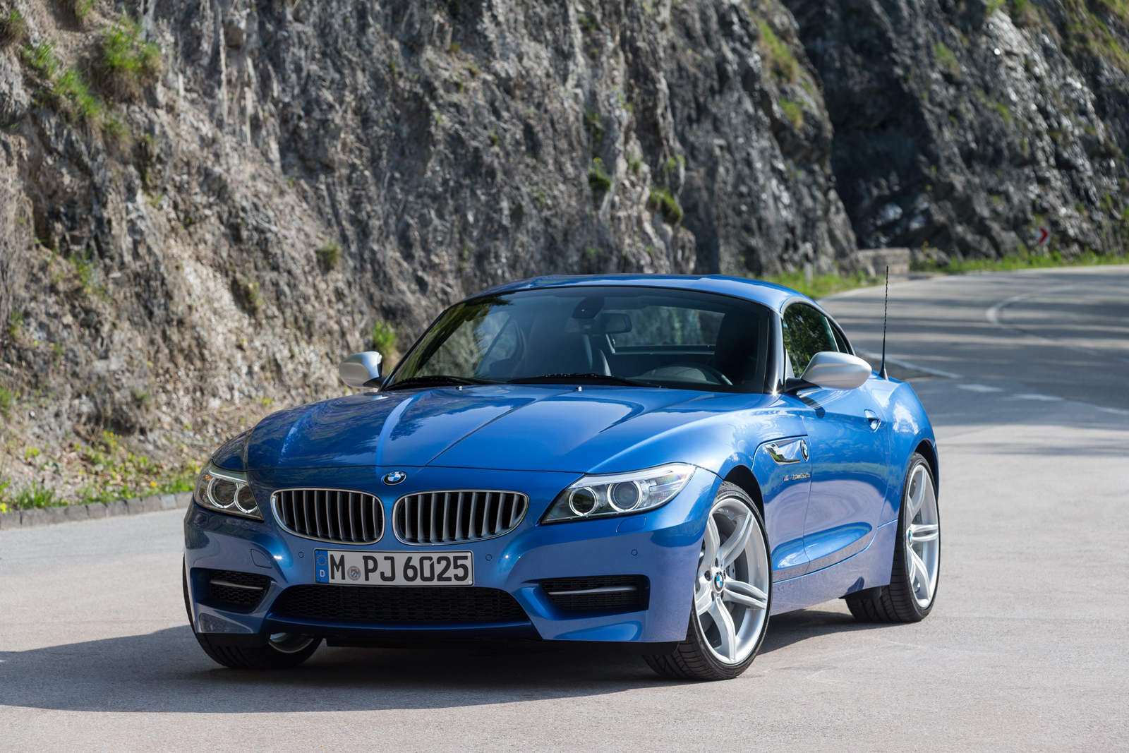 BMW Z4 Adds Iconic Estoril Blue Paint to Lineup