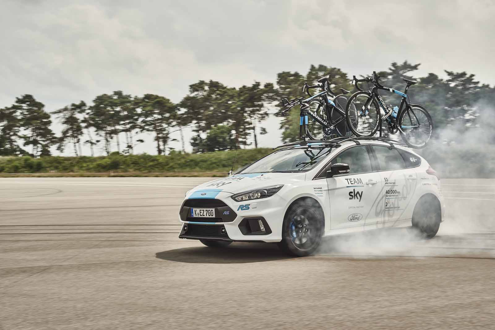 ford focus rs makes for one cool tour de france support car news. Black Bedroom Furniture Sets. Home Design Ideas