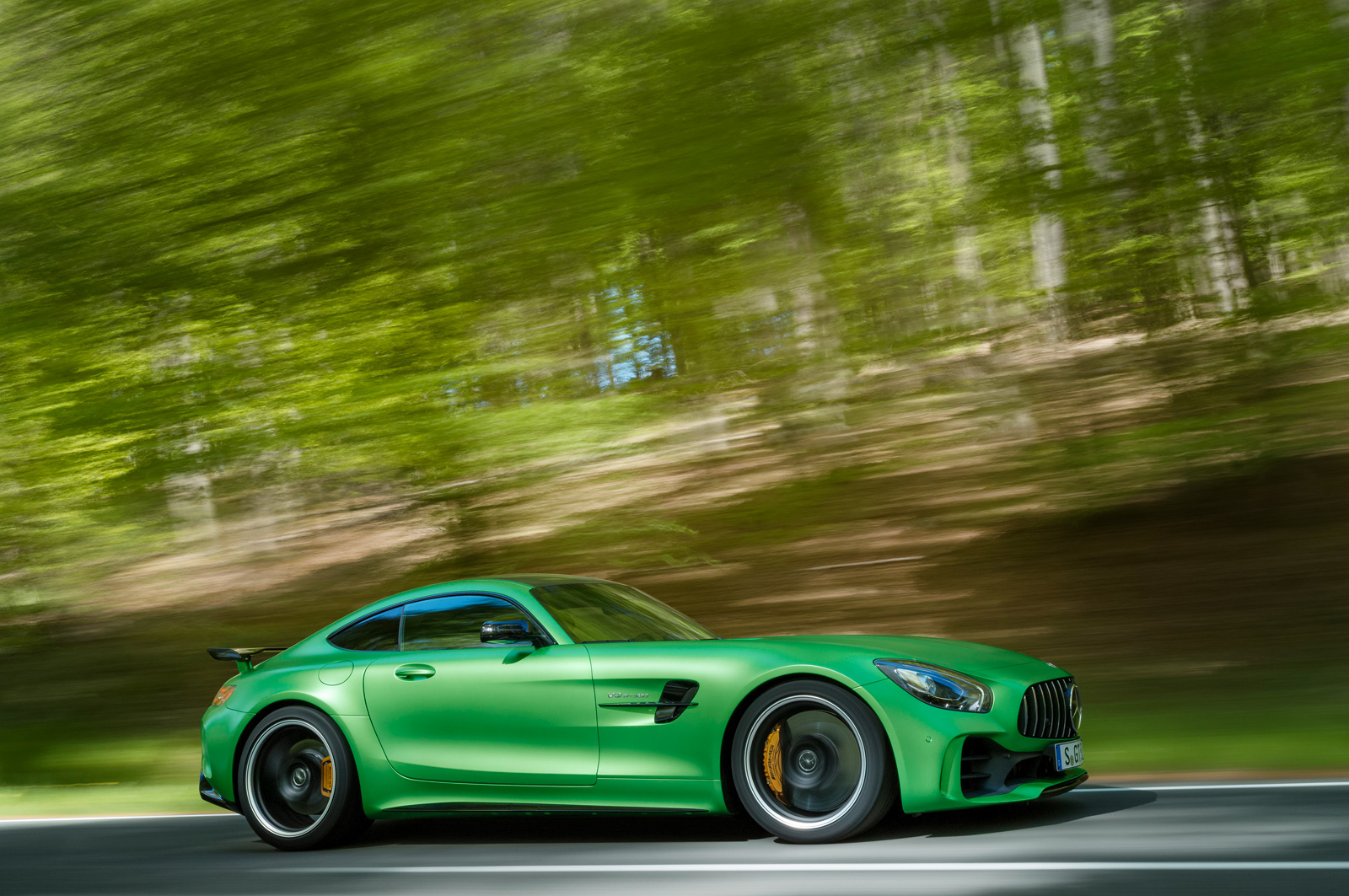 http://www.autoguide.com/blog/wp-content/gallery/mercedes-amg-gt-r-official-photos/mercedes-amg-gt-r-12.jpg