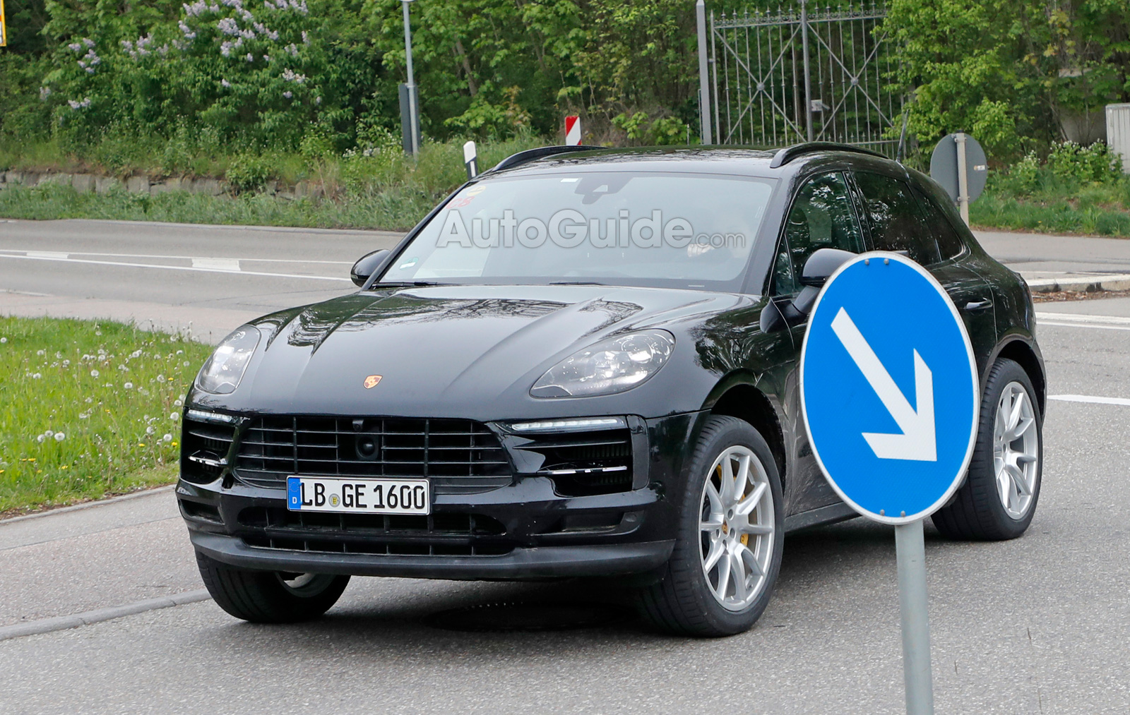facelifted porsche macan spied looking exactly the same. Black Bedroom Furniture Sets. Home Design Ideas