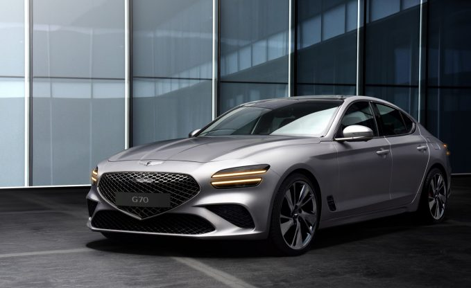 2022 Genesis G70 facelift front three-quarter static shot