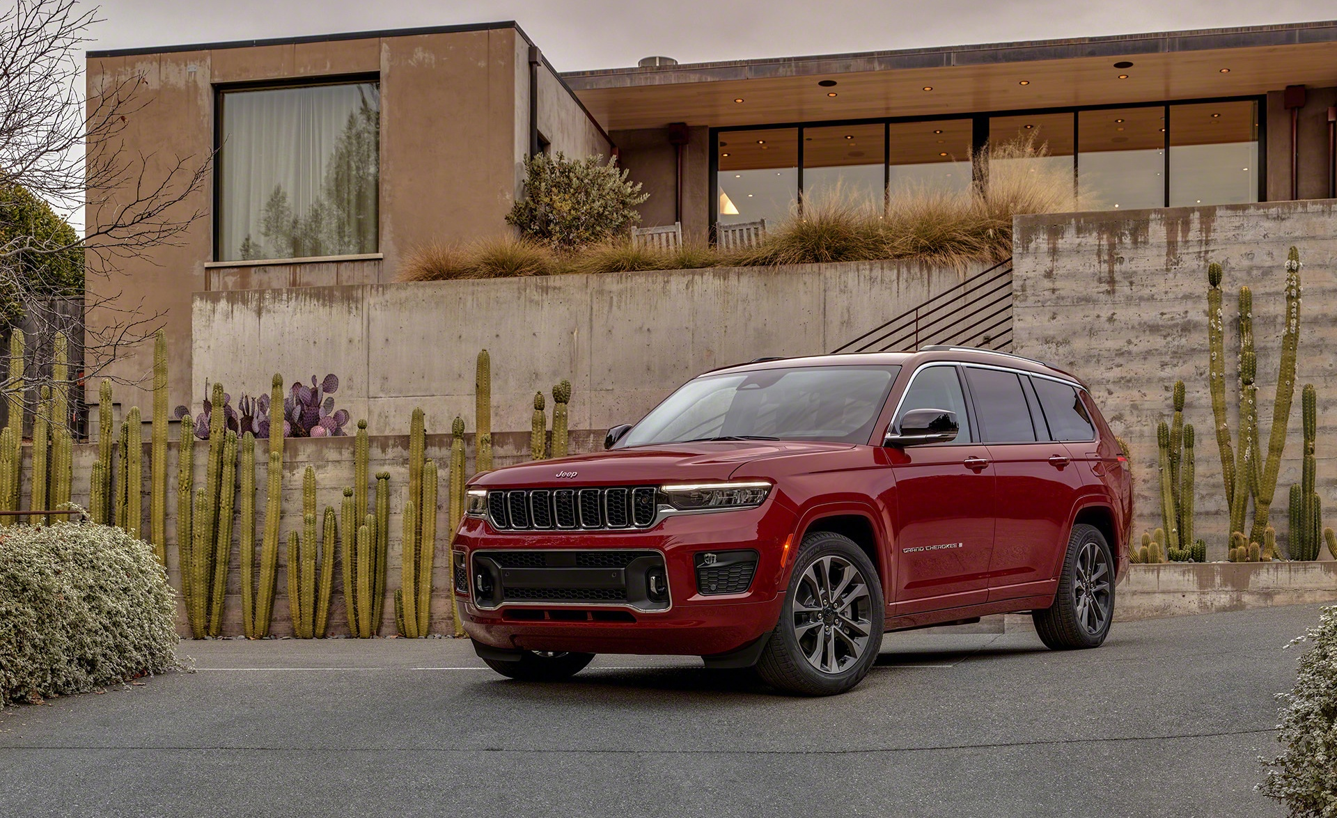 Jeep Grand Cherokee L Overland in red