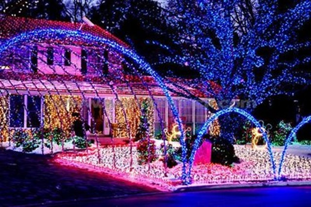 outdoor christmas lights 23 - AutoGuide.com