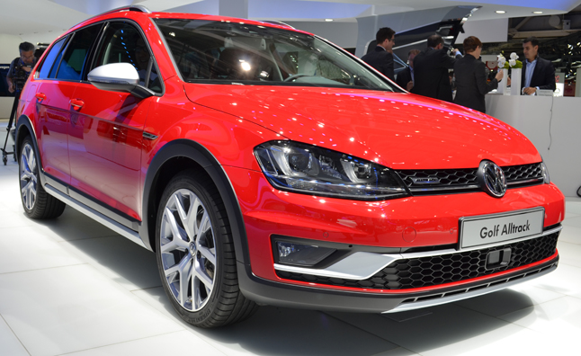 volkswagen golf alltrack is off road ready in paris. Black Bedroom Furniture Sets. Home Design Ideas