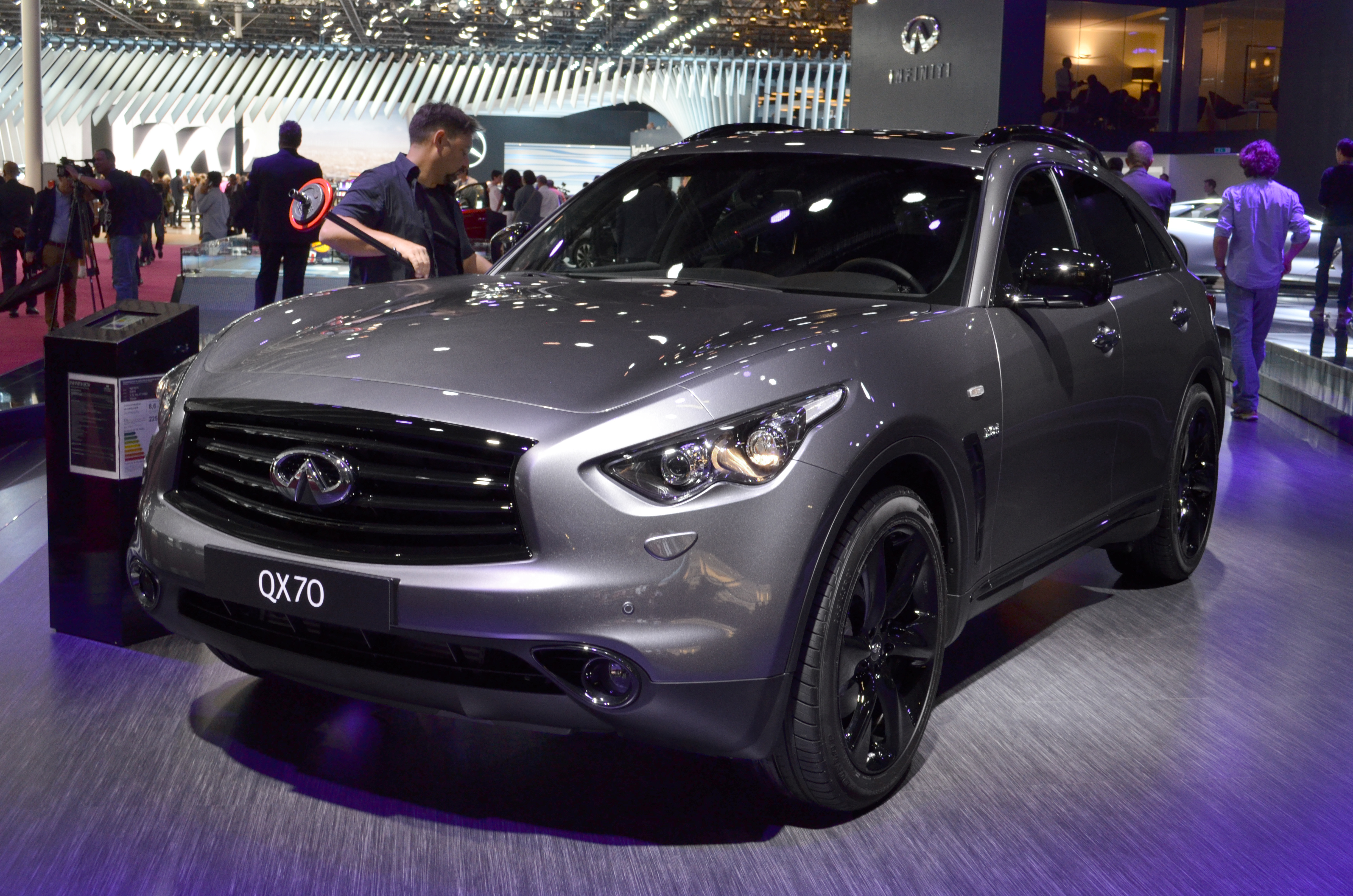 2015 infiniti qx70 s design shows off in paris news. Black Bedroom Furniture Sets. Home Design Ideas
