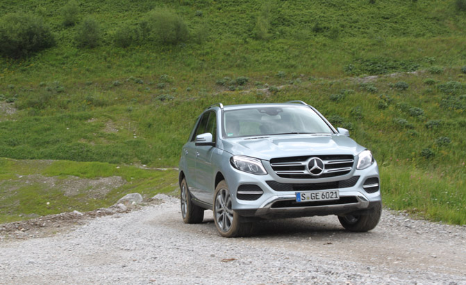 2016-Mercedes-GLE-SUV-off road