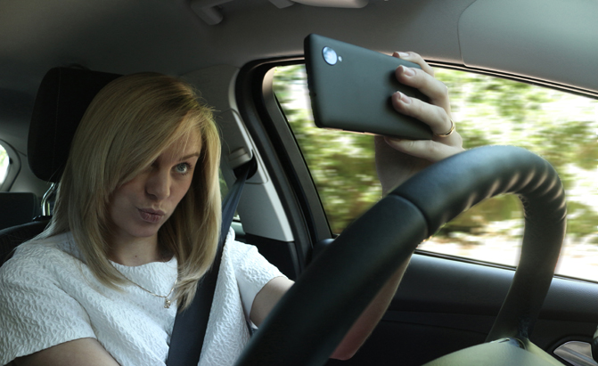 taking-a-selfie-distracted-driving