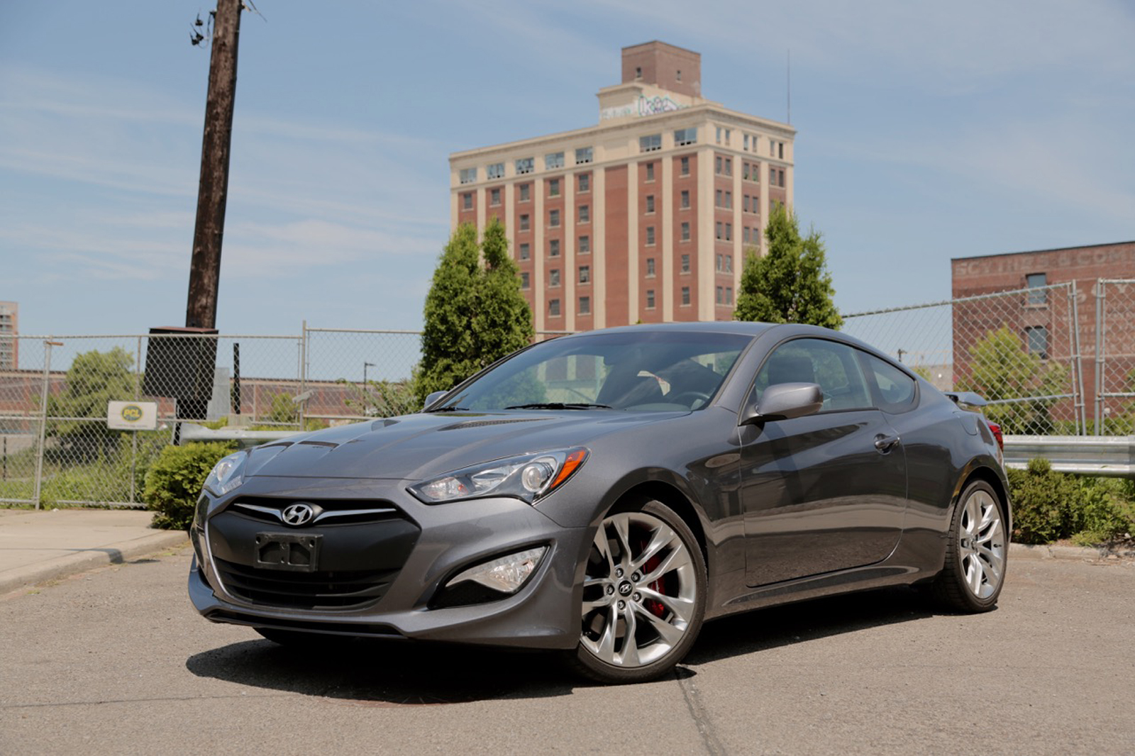 2015 hyundai genesis coupe vs 2016 nissan 370z autoguide. Black Bedroom Furniture Sets. Home Design Ideas