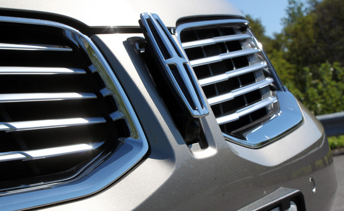 2016-Lincoln-MKX-Review-grille-camera