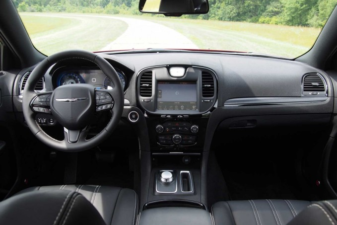 2016 Chrysler 300S Dashboard 01
