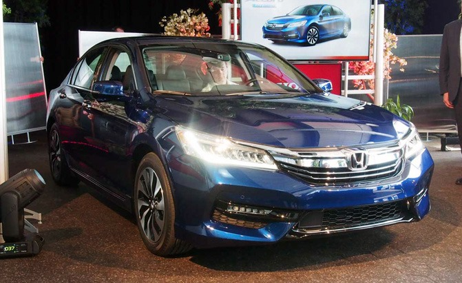 2017 honda accord hybrid rated at 49 mpg city autoguide. Black Bedroom Furniture Sets. Home Design Ideas