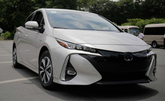 2017-Toyota-Prius-Prime-First-Drive-Front-End