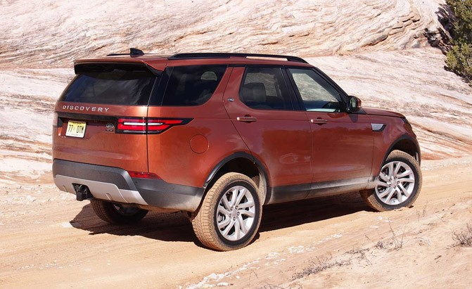 2017-land-rover-discovery-rear-01