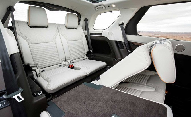 2017-land-rover-discovery-seating-01