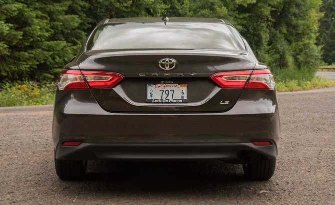 2018-toyota-camry-le-rear