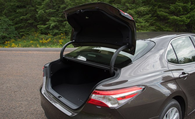 2018-toyota-camry-le-trunk