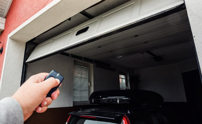 Best Garage Door Opener 2020.Top 5 Best Garage Door Openers Of 2019 Autoguide Com